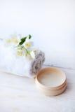 Piękna traktowanie, jasmin kwiaty i kosmetyki na białym drewnianym stole, Zdjęcia Stock