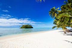 Piękna tropikalna plaża przy egzotyczną wyspą w Pacyfik Zdjęcia Royalty Free