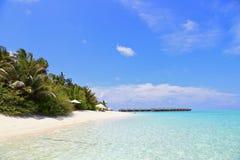 Piękna tropikalna plaża z willami, greenery i błękitne wody fotografia royalty free