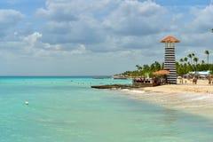 Piękna turkusowa błękitne wody przy Bayahibe plażą w republice dominikańskiej zdjęcia royalty free