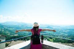 Piękna turystyczna dziewczyna w San Marino, podziwia widok zdjęcie stock