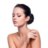 piękna twarz kobiet jej wzruszający potomstwa Świeża Zdrowa skóra obrazy royalty free