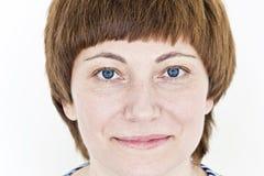 Piękna twarz kobieta z czerwonym włosy i niebieskimi oczami zdjęcia royalty free