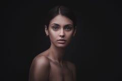 Piękna twarz młoda dorosła kobieta z czystą świeżą skórą zdjęcie stock