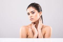 Piękna twarz młoda dorosła kobieta z czystą świeżą skórą na popielatym Obrazy Stock