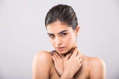 Piękna twarz młoda dorosła kobieta z czystą świeżą skórą na popielatym Zdjęcia Royalty Free