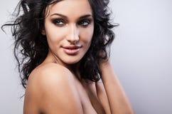 Piękna twarz młoda elegancka kobieta na białym tle. obraz stock
