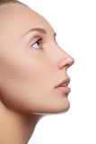 Piękna twarz młoda kobieta z Czystą Świeżą skórą Portret piękna młoda kobieta z pięknymi niebieskimi oczami i twarzą Zdjęcie Stock