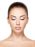 Piękna twarz młoda kobieta z zamkniętymi oczami Obrazy Stock