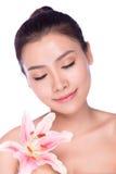 Piękna twarz młoda piękna kobieta z kwiatem Obraz Stock