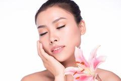 Piękna twarz młoda piękna kobieta z kwiatem Obraz Royalty Free