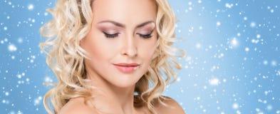 Piękna twarz nad Bożenarodzeniowym tłem Zima portret ładna blond kobieta zdjęcia stock