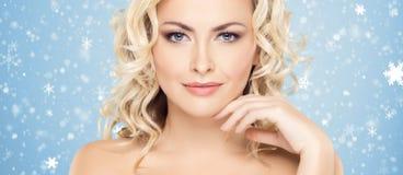 Piękna twarz nad Bożenarodzeniowym tłem Zima portret ładna kobieta obrazy royalty free