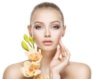 Piękna twarz zdrowa młoda kobieta z kwiatami fotografia stock