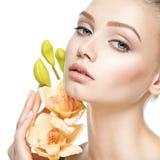 Piękna twarz zdrowa młoda kobieta z kwiatami zdjęcie stock