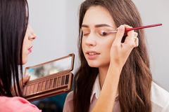 piękna twarzy moda uzupełniająca kobieta Makijażu artysty praca w jej studiu obraz stock