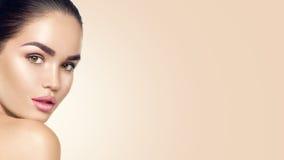 piękna twarzy moda uzupełniająca kobieta Piękni brunetek potomstwa modelują dziewczyny z perfect nartą Obraz Royalty Free