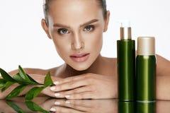piękna twarzy moda uzupełniająca kobieta Piękna kobieta Z Naturalnymi kosmetykami Zdjęcia Royalty Free