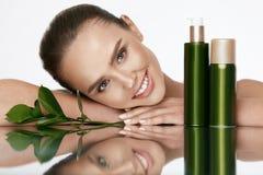 piękna twarzy moda uzupełniająca kobieta Piękna kobieta Z Naturalnymi kosmetykami Obrazy Stock