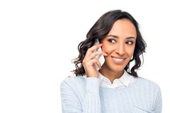 piękna uśmiechnięta amerykanin afrykańskiego pochodzenia kobieta opowiada na smartphone zdjęcie royalty free