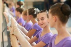 Piękna uśmiechnięta baleriny rozciągania noga Obraz Stock