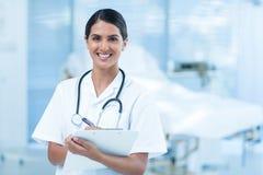 Piękna uśmiechnięta doktorska patrzeje kamera zdjęcia royalty free