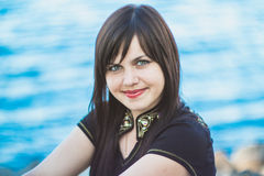 Piękna uśmiechnięta dziewczyna blisko rzeki Ukraina Obraz Stock