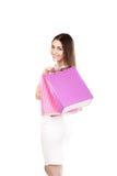 Piękna uśmiechnięta dziewczyna niesie kolorowych torba na zakupy Zdjęcie Royalty Free
