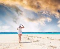 Piękna uśmiechnięta dziewczyna w kapeluszu na plaży Obrazy Royalty Free
