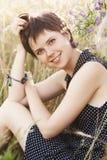 Piękna uśmiechnięta dziewczyna w polu banatka Fotografia Stock