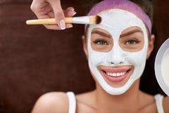 Piękna uśmiechnięta dziewczyna z kosmetyk maską Fotografia Royalty Free