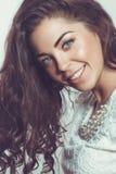 Piękna uśmiechnięta dziewczyna z naturalnym makeup i luźnym włosy Obrazy Stock