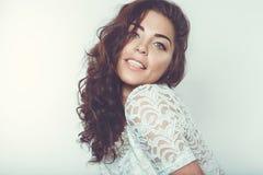 Piękna uśmiechnięta dziewczyna z naturalnym makeup i luźnym włosy Zdjęcie Stock