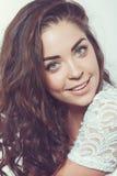 Piękna uśmiechnięta dziewczyna z naturalnym makeup i luźnym włosy Zdjęcia Stock