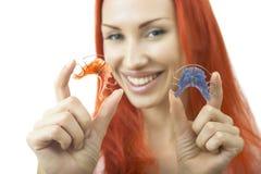 Piękna uśmiechnięta dziewczyna z stałym wynagrodzeniem dla zębów, zakończenie Obraz Stock