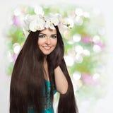 Piękna Uśmiechnięta dziewczyna z Storczykową girlandą Zdjęcie Royalty Free