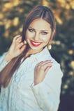 Piękna uśmiechnięta elegancka kobieta w białej koszula z perełkowymi kolczykami Obrazy Stock