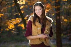 Piękna uśmiechnięta jesieni dziewczyna Zdjęcia Stock