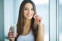Piękna Uśmiechnięta kobieta Bierze witaminy pigułkę Żywienioniowy nadprogram obrazy royalty free