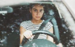 Piękna uśmiechnięta kobieta jedzie samochód zdjęcie royalty free