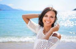 Piękna Uśmiechnięta kobieta na plaży zdjęcie stock