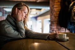 Piękna uśmiechnięta kobieta pije kawę przy kawiarnią Portret dojrzała kobieta pije gorącego cappuccino i patrzeje ca w bufecie zdjęcie royalty free