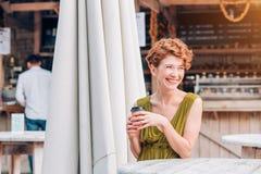 Piękna uśmiechnięta kobieta pije kawę przy kawiarnią Portret kobieta pije gorącego cappuccino w bufecie piękna kobieta Zdjęcie Royalty Free