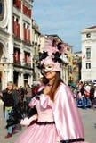 Piękna uśmiechnięta kobieta w kolorowym kostiumu i maska na piazza San Marco, Wenecja, Włochy Zdjęcia Royalty Free