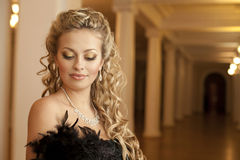 Piękna uśmiechnięta kobieta w teatrze z diamentami Obraz Royalty Free