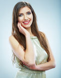 Piękna uśmiechnięta kobieta w wieczór sukni, pracowniany portret Obrazy Royalty Free