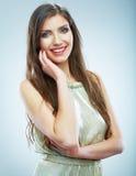 Piękna uśmiechnięta kobieta w wieczór sukni, pracowniany portret Zdjęcie Royalty Free