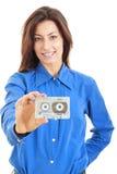 Piękna uśmiechnięta kobieta z audio kasetą w jej ręce Fotografia Stock