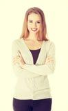 Piękna uśmiechnięta kobieta z krzyżować rękami fotografia stock