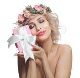 Piękna uśmiechnięta kobieta z różowym prezentem Szczęśliwa rozochocona kobieta z blondynka włosy, makeup i kwiatami odizo obraz stock
